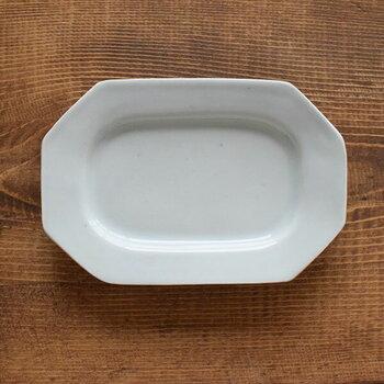 伝統的な技法と新進気鋭の若手作家による現代的な感性が魅力の、九谷青窯の器。長方形の八角形のお皿は、和食にはもちろん洋食にも使えるマルチな器。