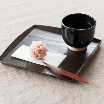 日本の伝統的な工芸「漆」の魅力が暮らしに寄り添うようなものづくりを展開する「輪島キリモト」。手で持ちやすいようにと考えられた和菓子切りは、少し大きめのサイズ。滑らかなカーブを描く先端は切れ味バツグンです。