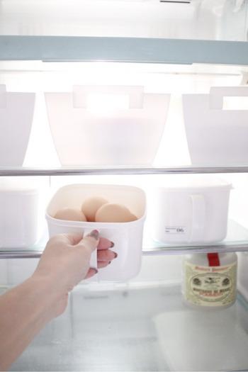 こんな風にみそストッカーにまとめておけば、お料理の時にすぐに取り出せて便利ですね。取っ手が付いているので、冷蔵庫から調理台へもラクに移動できます。