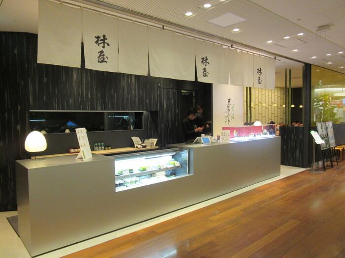 新宿駅南口、新宿タカシマヤタイムズスクエア本館の12階にある「京はやしや」。創業1753年、日本のお茶文化を牽引してきたこちらのお店は、日本で初めて抹茶パフェを作ったことでも有名です。