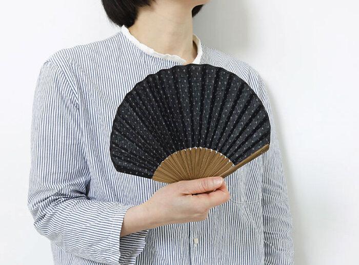 扇いで風をおこすだけでなく、日本で昔から儀礼や芸能でも用いられてきた歴史ある扇子。電車やバスを待っている間や、外出先でのちょっとした休憩の際、活躍してくれる扇子は未だに人気の夏のアイテムです。