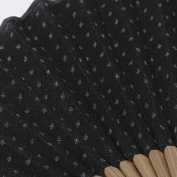 マンガン染めの大変希少な生地に、柄は日本で長い間、親しまれている織物「絣(かすり)」の基本的な柄のひとつである「かすり十字」。小さく細かなかすり十字のテキスタイルは、離れて見ると水玉模様のように見え、それもまた夏らしくて素敵。