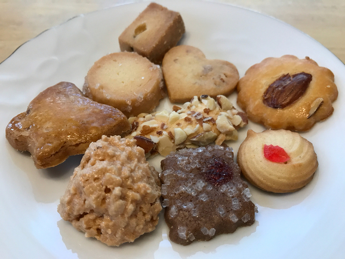 パンの他、焼き菓子やケーキも販売しています。バターの風味豊かなクッキーはお土産に大人気。画像はプレーンやチョコ、ココナッツなど、あれこれ入って楽しいクッキー詰め合わせです。パンと一緒に買い求めてもいいかもしれませんね。