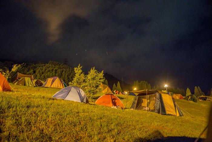 """■開催日:毎年8月下旬 ■場所:三田アスレチック野外ステージ  """"自然の中で最高の音楽を感じながら知らない誰かと笑いあえる""""そんな思いで2010年に始まった「ONE MUSIC CAMP」。関西では数少ないキャンプインフェスで、キャンプを楽しみながら聞く音楽は雰囲気も抜群。BBQやアスレチックなどもあり家族で楽しめて、2018年には過去最高の入場者数となりました。日本の有名アーティストはもちろん、海外からも数々のアーティストが出演しています。"""