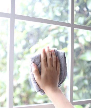 窓ガラスの場合、内側と外側では水垢の性質が異なることがあります。内側の水垢のほとんどは、窓拭きに使った水道水のミネラル分が固まったものなので性質はアルカリ性。外側の汚れは雨水によるものが多く、雨水は酸性であるため、水垢も酸性となります。アルカリ性の水垢には酸性洗剤、酸性の水垢にはアルカリ性洗剤が効果的なので、それぞれ使い分けるようにしましょう。