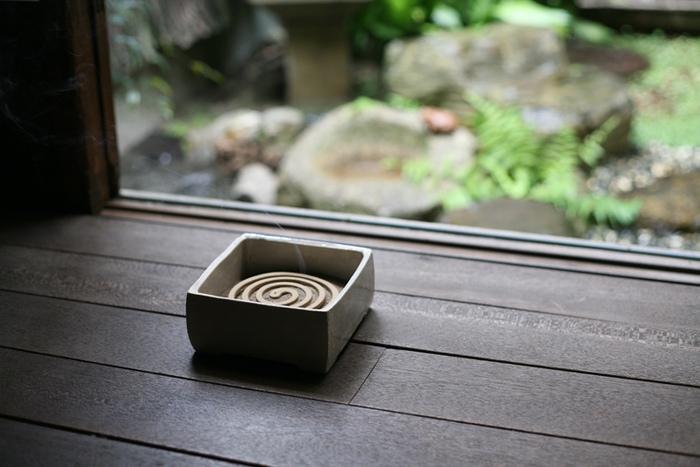 三重県の伊賀の陶土から、ひとつひとつ手で丁寧に成形したのち、石灰釉をかけて焼き上げた、和の佇まいが風情ある箱型の蚊遣り。