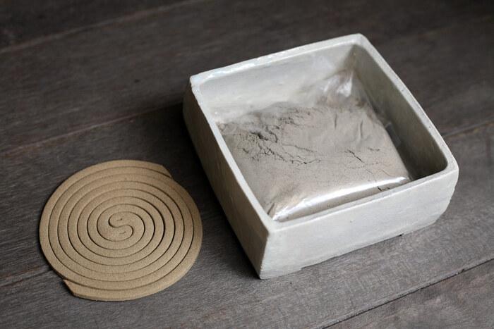 使用する際は、香炉のように少量の灰を敷いてから、その上に蚊取り線香を直接載せるだけなので、線香を吊るしたり、持ち上げたりする手間も不要で、扱いも簡単です。また、夏の蚊遣りとしてだけでなく、お香を焚く香炉としても使えて◎。