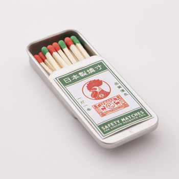 一世紀以上もの伝統を持つ、蚊取り線香「金鳥の渦巻」は缶だけでなく、付属のマッチの缶のデザインもおなじみの鶏の絵柄でレトロでキュート。