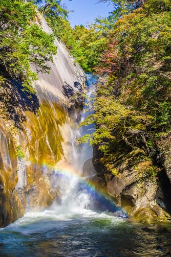 昇仙峡の最奥地に位置する仙娥滝は、覚円峰の麓にある落差30メートルの滝です。滝による浸食によって削られたむき出しの花崗岩、白い瀑布、滝壺付近に現れる虹が見事に調和した美しい仙娥滝は、日本の滝100選にも選定されています。