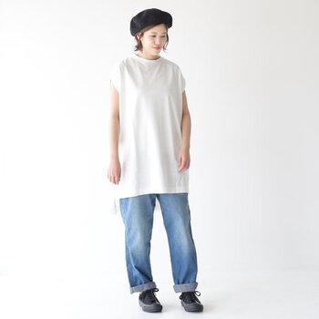「真っ白のTシャツ×デニム」はやっぱり誰が着ても素敵。さらにセンスアップしたいなら、トレンドライクなシルエットのTシャツを選んでみて。おすすめは、前後で着丈に差を持たせたオーバーサイズの一枚。女性らしさがプラスされて、全体のバランスも今っぽくまとまります。