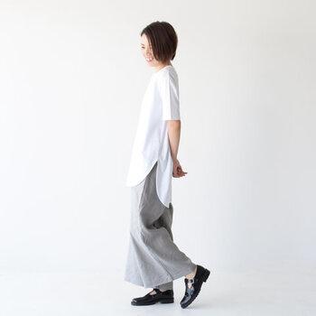 ロング丈のTシャツにワイドパンツを合わせるだけでこんなにこなれた雰囲気に。肩肘はらないリラックスコーデは大人の女性にぴったりです。大胆に前後差をつけたラウンドヘムは抜け感たっぷりで、すっきり軽やかな印象を与えます。どことなく品のよさが漂うのは、足元にきちんと感のある黒のシューズをもってきているから◎