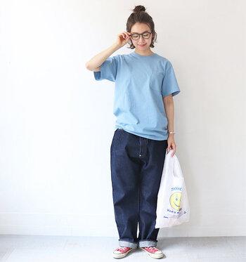 インディゴブルーのデニムを持っている方にトライしてほしいコーディネート。水色のTシャツをセレクトすれば、ブルーのグラデーションで涼しげに仕上がります。ジャストサイズじゃなくて、ゆったりボーイズライクにスタイリングするのがPOINT!