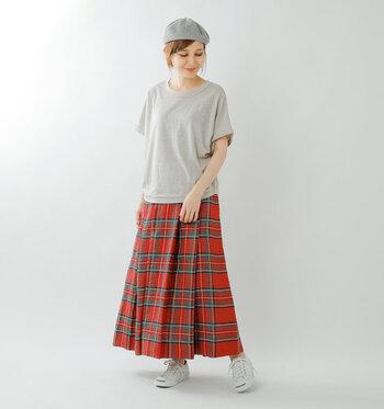 リネンジャージーを使用したリラックス感のあるTシャツが主役。ついついカジュアルなパンツを合わせたくなりますが、周りに差をつけたいなら正統派のチェックスカートを。ゆったりしつつもトラッド感の漂う、新鮮なスタイルを楽しめます。明るめのカラーで夏でも軽やかに♪