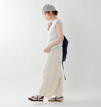 ライトグレーのノースリーブTシャツにオフホワイトのワイドパンツを合わせれば、ナチュラルで優しい印象に。肩肘張らないリラックスコーデは大人の女性にぴったりです。ベレー帽やスポーツサンダルにもさりげなくグレーを取り入れつつ、黒のリュックで全体を引き締めて。