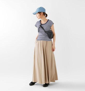 フィット感のあるフレンチTシャツにスカートを合わせたフェミニンなスタイルには、キャップとボディバッグで外しを効かせて。たちまちバランスの良いスポーツMIXコーデが完成します。コンパクトな丈感のTシャツとボディバッグが視線を上に集め、スタイルアップ効果も◎