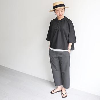 オールブラックコーデは重い印象になりがちですが、ブラック×グレーのグラデーションなら、シックで上品な印象に。麦わら帽子やかごバッグなど夏らしいアイテムでさわやかさをプラスすると◎。