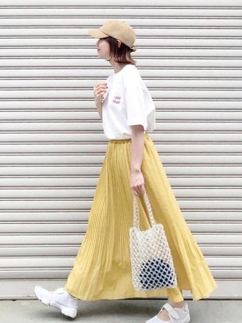 歩く度にふんわり揺れるフレアスカートにレモン色を取り入れたスタイリング。Tシャツやスニーカーなど、スポーティなアイテムとレモン色の組み合わせは相性抜群。気分も晴れやかになります♪