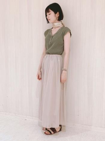 リブの女性らしい印象を最大限活かしたコーデ。ロマンチックなロングフレアスカートですが、リブが少しカジュアルなので抜け感を演出できます。