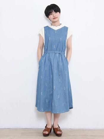 ジャンパースカートのインナーに使って、かわいらしい雰囲気に。首元のフリルがシンプルながら新鮮で素敵です。
