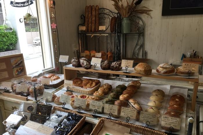 柔らかな光が差し込む店内は、ヨーロッパのマルシェのような雰囲気。無添加、オーガニック、国産など体に良い材料を厳選し、自家培養天然酵母のパンが美しく並んでいます。また、原料の小麦は粒のままの玄麦で仕入れ、石臼を使って自ら製粉し、小麦本来の風味を生かしたパン作りをされています。