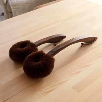 純国産の貴重な棕櫚のたわしは肌さわりがとてもやさしく、使い勝手も◎。さらに持ち手も岐阜県の木工職人の方が、地元の東濃桧を一本ずつ削りだして作られているので、全てにおいて使い勝手も使い心地も抜群のたわしに仕上がっています。