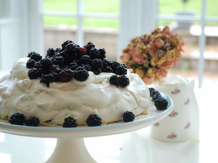 ブラックベリーもパブロバにおすすめフルーツ。イギリスのカントリーサイドの自然のブラックベリーを合わせたレシピ。まるでおとぎ話に出てくるお菓子のようです。