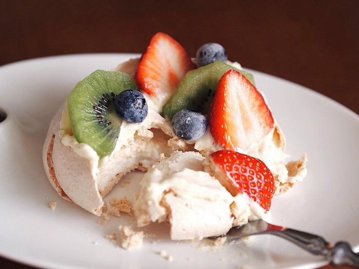 パブロバの記事はさっくりと軽いので、生クリームやカスタードクリームの合わせ技でもペロリと食べちゃえる、罪なお菓子なんです。フルーツの酸味が合間って、食べた後もさっぱりしています。