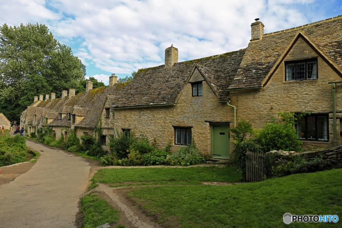 広い丘陵地帯に点在する村には、ライムストーンと呼ばれるはちみつ色をした家が立ち並んでいます。どの村も、とても可愛らしく、村の中へ一歩足を踏み入れると、まるでメルヘンを描いた絵本の世界に迷い込んだような錯覚を感じます。