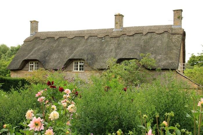 チッピング・カムデンには、茅葺屋根の可愛らしい家がたくさん現存しています。ここでは、私たちが思い描くイギリスの童話の世界がそのまま眼前に広がっています。