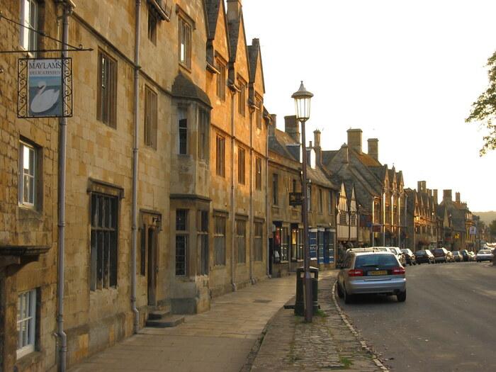 チッピング・カムデンは、「王冠の中の宝石」とも例えられる美しい村です。毛織物の町として中世から栄えたこの村は、現在も中世の面影をそのまま残しています。