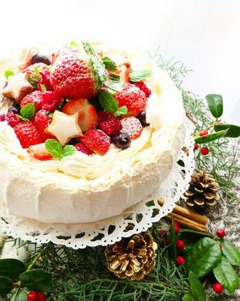 南半球にあるニュージーランドでは、クリスマスは真夏。夏のベリーをたっぷり乗せたパブロバは、ニュージーランドのクリスマスケーキとしてもお馴染みだそうです!