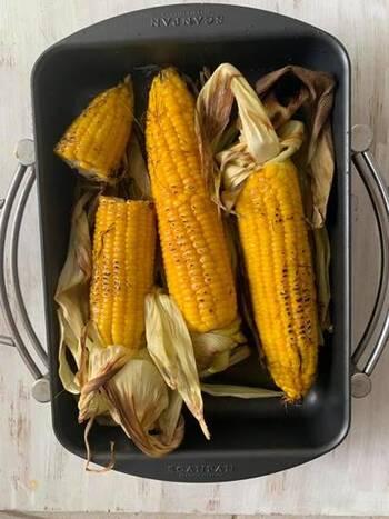 根元のところをつけたまま皮をむいて、醤油とバターを塗り、バーナーで炙ります。バーナーがなければ、280度のオーブンで10分ほど焼き、焦げ目がつけば出来上がりです。