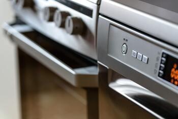 まずは、下準備としてオーブンを200度に予熱しておきます。  とうもろこしは皮つきのまま耐熱容器に入れて、予熱したオーブンで30分焼きます。
