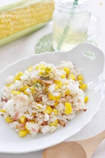 フレッシュなとうもろこしを、ベーコン・ご飯・調味料と炒めれば出来上がり。とうもろこしの甘さとベーコンの塩味、かつお節の旨みの相性がぴったりです。