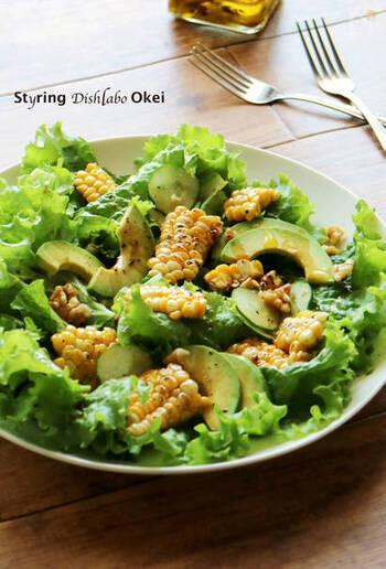 とうもろこしの香ばしさとわさび醤油ドレッシングで食欲がなくてもモリモリ食べられるサラダです。オイルのお陰でわさびの辛味がマイルドに。