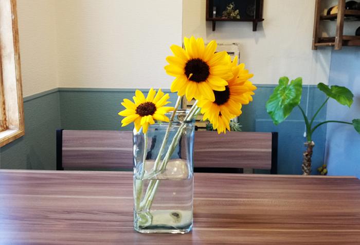 食卓に飾ったひまわり。子どもにも分かりやすく、人気の高いお花なので、少しだけでも飾ってみると、家族も喜びます。