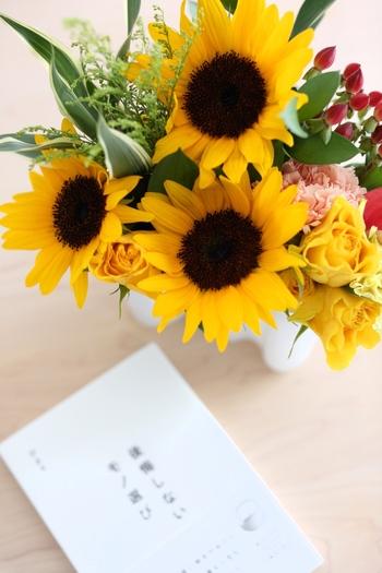 薔薇やカーネーションなど主役級のお花と合わせて、賑やかな夏の風情を醸し出すのもいいですね。ビタミンカラーのブーケがあると、空間が一段階、明るくなったよう。