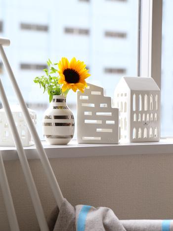 お日様が大好きなひまわりは窓際がよく似合います。お部屋を明るく照らすアクセントになっています。