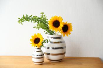 大きめのひまわりは、大きめの花瓶に余裕たっぷりでアレンジするのも素敵です。きゅっと詰まったブーケよりも、大人っぽい雰囲気になりますね。