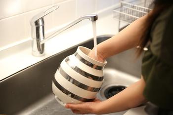 お花を入れる前には、花瓶をしっかりと中までよく洗い、雑菌を減らしておくのも、お花を長く楽しむためのコツのひとつです。中性洗剤などを使って、しっかり洗っておきましょう。