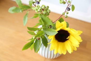 小さめの花器には、思い切って短く切ったひまわりを挿すとバランスよく決まります。