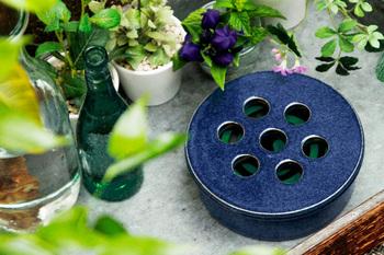 深い藍色が美しい信楽焼の蚊遣りです。シンプルな丸いシルエットで、他の雑貨に紛れて置けそう。