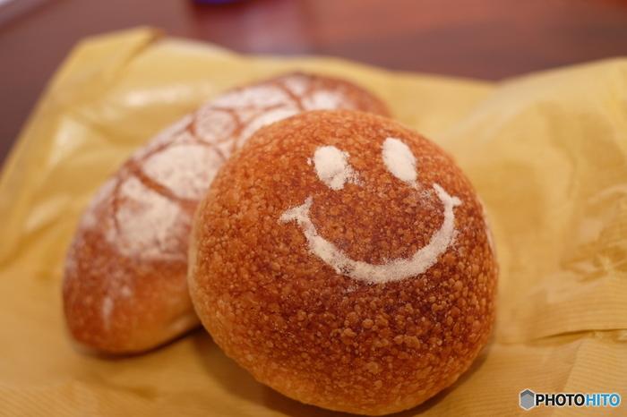 人気はにっこり笑顔に癒される<あんぱん>。中のあんこはさっぱりしていて、パンの甘みが引き立ちます。コロンと丸くて可愛いあんぱんは、食べ歩きにもぴったりですよ。