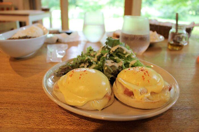 人気メニューの一つのエッグベネディクト。ポーチドエッグに使われている卵やサラダの野菜などは全て信州産です。自家製の濃厚なオランデーズソースとトロトロ食感の卵がよく合います。