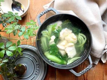 同じくストウブ鍋を使って煮込む、中華風スープのレシピ。むね肉に片栗粉をまぶすことでパサつきを防ぎつつ、スープにとろみを出すのがポイントです。生姜入りなので、少し寒くなってきても活用できそう。