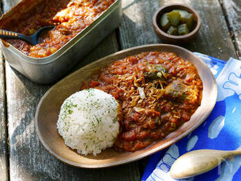 キャンプの定番料理といえばカレー!普通のカレーもいいですが、サバ缶を使った簡単カレーはいかがでしょう?トマト缶やフライドオニオンを使えば包丁も不要。アウトドアらしいカレー作りが楽しめますよ。