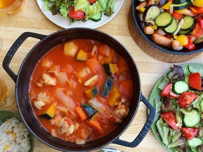 味付けは塩こしょうオンリー!お肉の旨味と野菜の甘さを活かした、シンプルで手軽な美味しいスープです。こちらのレシピではストウブ鍋を使用。素材の味が楽しめる、アウトドアらしい一品です。