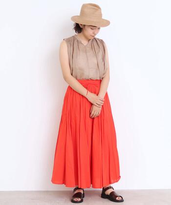 かすかにピンクのような柔らかさのあるコーラルオレンジのスカート。ビビッドカラーならではの明るさはありつつ、肌馴染みが良く取り入れやすいカラーです。落ち着いたベージュを合わせれば、カジュアルな大人コーデに仕上がります。