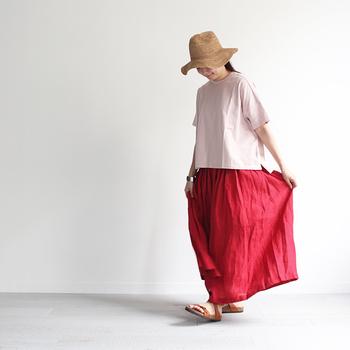 赤色だけが浮いてしまうのが気になるなら、ピンクのトップスでグラデーションを作るとバランスの良いコーディネートに。麦わら帽子をプラスすれば、よりナチュラルな印象になります。