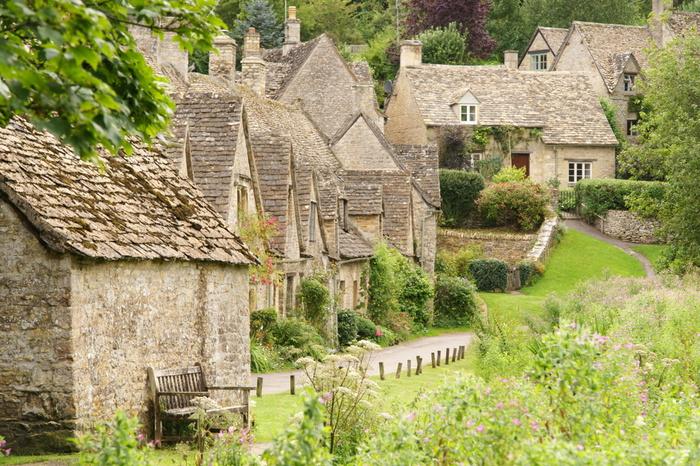 バイブリーは、ボートン・オン・ザ・ウォーターと同じく、コッツウォルズ地方の中でも指折りの人気を誇る村です。この村の美しさは傑出しており、詩人であり芸術家でもあったウィリアム・モリスが「イングランドで最も美しい村」と称えたほどです。